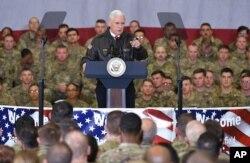 21일 아프가니스탄 바그람 공군기지를 방문한 마이크 펜스 미국 부통령이 장병들을 향해 연설하고 있다.