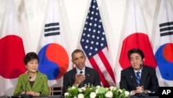 President Barack Obama meets with Japanese Prime Minister Shinzo Abe (r) and South Korean President Park Geun-hye, March 25, 2014, at the US Ambassador's Residence in the Hague, Netherlands.