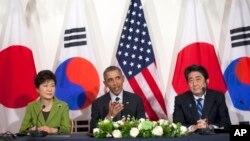 바락 오바마 미국 대통령(가운데)과 박근혜 한국 대통령(왼쪽), 아베 신조 일본 총리가 지난 25일 네덜란드 헤이그에서 핵안보정상회의를 마친 뒤 별도로 3자회담을 가졌다. (자료사진)