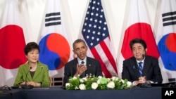 바락 오바마 미국 대통령(가운데)과 박근혜 한국 대통령(왼쪽), 아베 신조 일본 총리가 25일 네덜란드 헤이그에서 핵안보정상회의를 마친 뒤 별도로 3자회담을 가졌다.