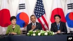 Tổng thống Obama gặp Thủ tướng Nhật Bản Shinzo Abe và Tổng thống Hàn Quốc Park Geun-hye tại tư gia của Đại sứ của Mỹ ở Hà Lan, ngày 25/3/2014.
