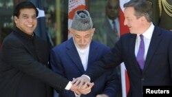 19일 아프간 수도 카불에서 회동한 데이비드 캐머런 영국 총리(오른쪽), 하미드 카르자이 아프간 대통령(가운데)과 라자 페르베스 아쉬라프 파키스탄 총리(왼쪽).
