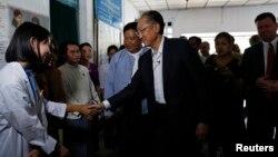 김용 세계은행 총재가 버마 양곤의 한 의료시설을 방문해 관계자들과 악수를 나누고 있다.
