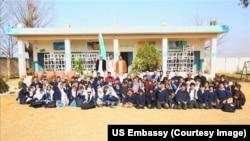 نینسی ایزو جیکسن کی افغان بچوں سے اسکول میں ملاقات