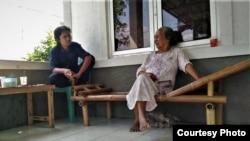Dasri dan anaknya Yuswantoro bersantai di teras depan rumah mereka. (Foto courtesy: Sutopo Adi)
