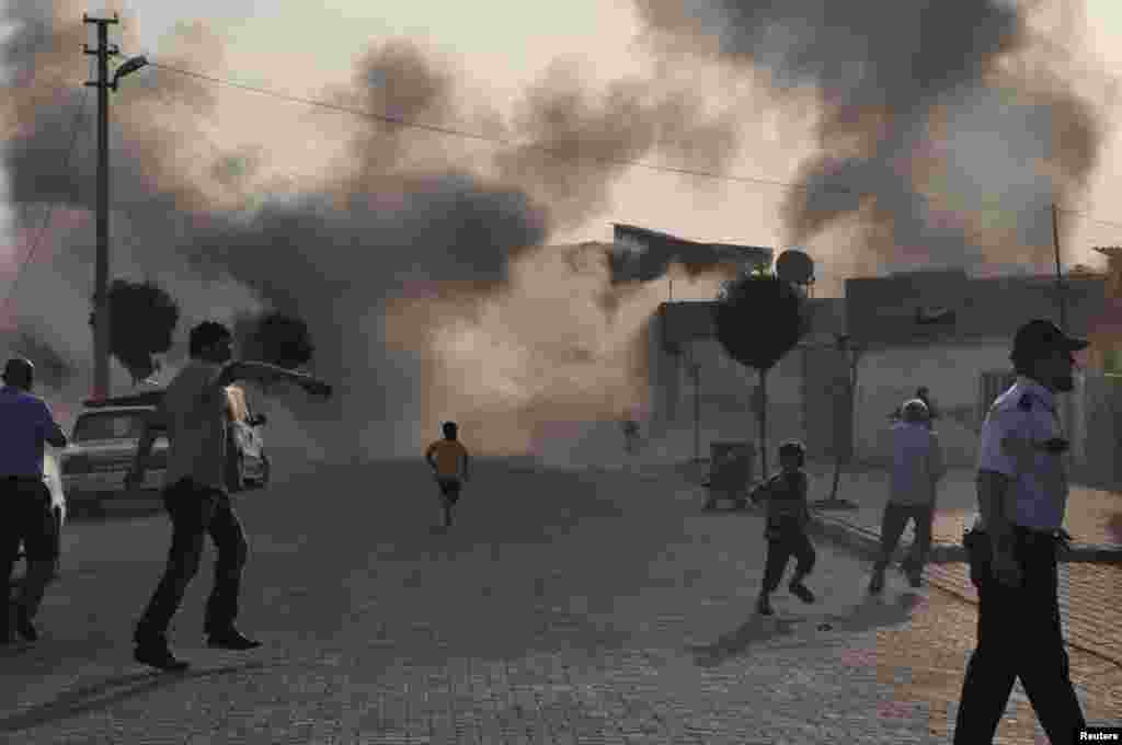 3일 터키 접경 마을 알카칼레에서 시리아의 포격으로 연기가 피어오르고 있다.