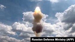 Rusya Savunma Bakanlığı tarafından 20 Temmuz 2021'de yayınlanan bu fotoğraf, Rusya'nın geliştirdiği en yeni füze savunma sistemi olan S-500'ün Kapustin Yar Tatbikat Sahası'ndaki deneme atışını gösteriyor.