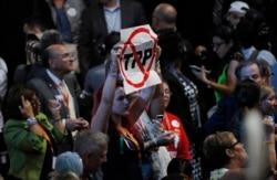 Mỹ rút chân, Việt Nam có nên phê chuẩn TPP?
