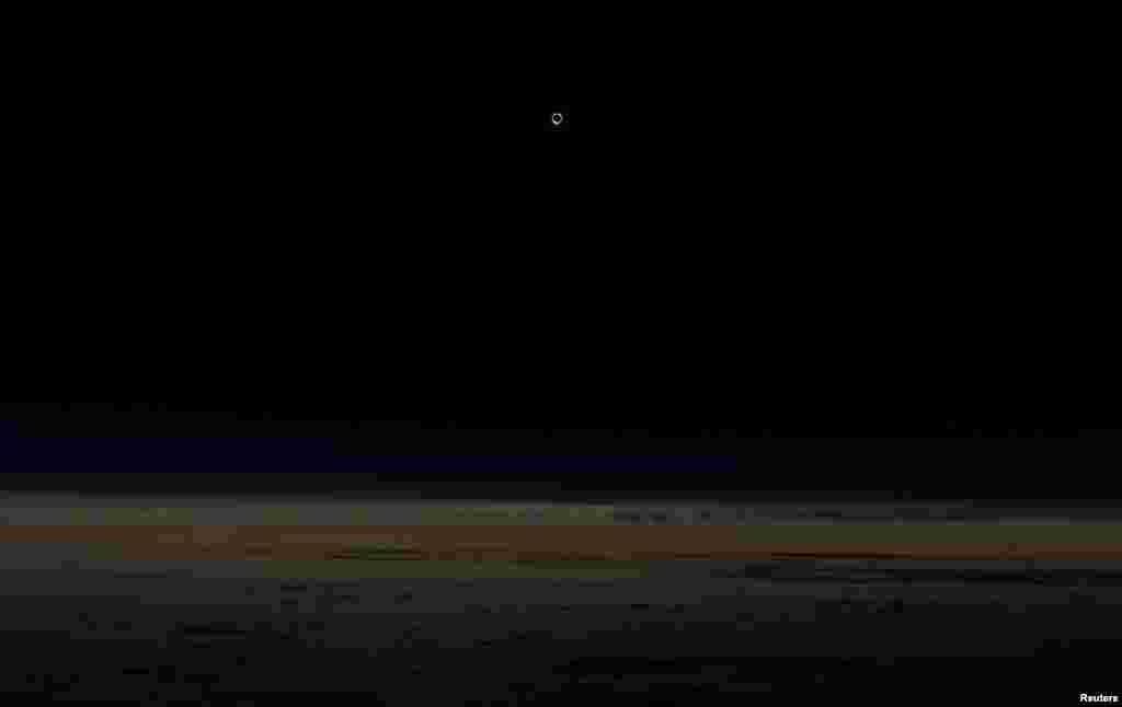 მზის დაბნელება ალასკის ავიახაზების თვითმფრინავიდან 12 192 მეტრის სიმაღლეზე.