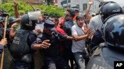 Polisi Nepal mengamankan aksi demonstrasi setahun peringatan gempa besar di Kathmandu, Nepal, Minggu (24/4).