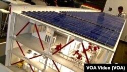 نمایی از شرکت خودرو سازی تسلا که از انرژی خورشیدی در سقف کارخانه اش در ایالت نوادا استفاده می کند.
