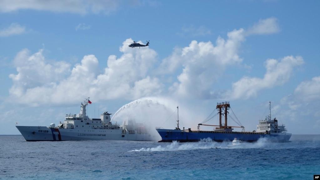 Tàu tuần duyên, trái, và tàu chở hàng Đài Loan tham gia một cuộc diễn tập tìm kiếm và cứu hộ ở biển Đông, 29/11/2016.