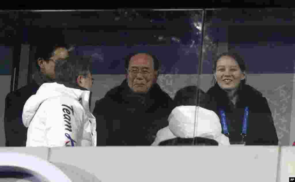 Şimali Koreya parlamenti prezidimunun sədri Lim Con Nam və Şimali Koreya prezidentinin bacısı Kim Yu Con Cənubi Koreya prezidenti ilə birlikdə açılış mərasimində