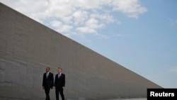 Prezida wa Amerika, Barack Obama na prezida wa Argentine, Mauricio Macri bariko bagendera ikibanza kirimwo icibutso c'abahitanywe n'intwaro z'agahotoro za gisirikare muri Argentine