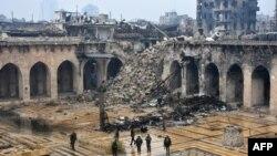 نیروهای دولتی سوریه در مسجد جامع حلب در بخش قدیمی شهر که در چند سال اخیر پایگاه مخالفان شده بود - ۲۳ آذر ۱۳۹۵