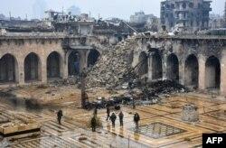 حلب کے قدیم علاقے میں واقع تاریخی مسجدِ امیہ کے صحن میں حکومتی فورسز کے اہلکار موجود ہیں۔ یہ مسجد شہر پر ہونے والی بمباری کا نشانہ بنی