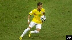 Pemain harapan Brazil, Neymar, mengontrol bola dalam pertandingan perempat final sepakbola Piala Dunia antara Brazil melawan Kolombia di Arena Castelao di Fortaleza, Brazil (4/7).