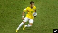 نیمار، ستاره فوتبال تیم ملی برزیل، که به دلیل آسیب دیدگی قادر به همراهی تیم ملی کشورش در ادامه رقابت های جام جهانی ۲۰۱۴ نیست.