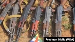 Des armes de guerre saisie en 2015 sur des combattants à Bangui. (VOA/Freeman Sipila)