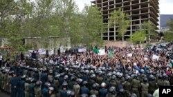 تجمع اعتراضی گروهی از مردم ایران در مقابل سفارت عربستان سعودی در تهران - ۲۲ فروردین ۱۳۹۴