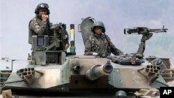 Dua tentara Korea Selatan usai melakukan latihan menembak dengan tank K-1 dalam latihan militer bersama AS-Korsel di Pocheon, Korea Selatan.