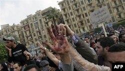 Một người biểu tình đưa bàn tay đầy máu lên sau một vụ trấn áp của các lực lượng an ninh tại quảng trường Tahrir ở Cairo, Ai Cập, ngày 9 tháng 4, 2011