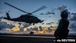 지난달 17일 남중국해에서 미 해군 MH-60R 헬기가 로널드레이건 항공모함에 착륙하고 있다.