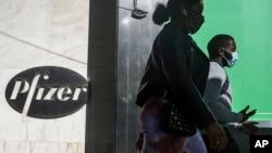 ARHIVA - Sedište kompanije Fajzer u Njujorku, (Foto: AP/Bebeto Matthews)