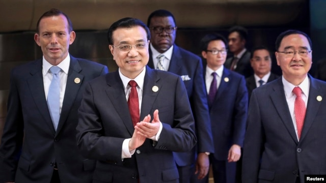 Chinese Premier Li Keqiang (2nd L) claps as he walks with Australian Prime Minister Tony Abbott (L), South Korean Prime Minister Jung Hong-won (R) during the opening ceremony of the Boao Forum for Asia (BFA) Annual Conference 2014 in Boao, Hainan province, April 10, 2014.