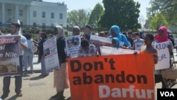 """FILE - About 100 demonstrators chanted """"Stop genocide in Darfur"""" and """"Justice, justice for Darfur"""" outside the White House in Washington, D.C., April 16, 2016. (N. Taha/VOA)"""
