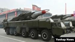 지난 2010년 10월 평양 김일성광장에서 열린 조선노동당 창건 65주년 기념 열병식에 등장한 '무수단' 추정 미사일.