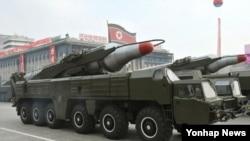 2010년 10월 북한 조선노동당 창건 65주년 기념 열병식에 등장한 이동식 미사일 발사차량과 무수단 추정 미사일. (자료사진)