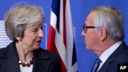 PM Inggris Theresa May dan Presiden Komisi Eropa Jean-Claude Juncker berbicara di Brussels, Belgia.