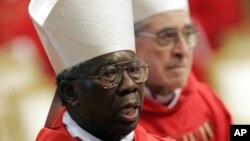 Kardinal Francis Arinze dari Nigeria. Ia dan Kardinal Peter Kodwo Appiah Turkson dari Ghana diperkirakan sebagai calon kuat pengganti Paus Benediktus XVI yang secara resmi meletakkan jabatan 28 Februari ini.