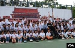 支聯會今年6月初舉辦學生體驗營,曾參與1989年六四民運的中國民運人士方政(坐輪椅者)到場,與香港學生分享當年經驗(美國之音湯惠芸)