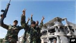 Des combattants du CNT ccélébrant à Syrte
