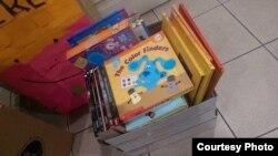 """Buku-buku yang dikumpulkan melalui proyek """"Buku Terbang"""" di AS (dok: Buku Terbang)"""