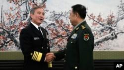 지난해 11월 중국 베이징을 방문한 해리 해리스 미 태평양사령관(왼쪽)이 인민해방군의 팡펭휘이 총참모부장과 만나 악수하고 있다.