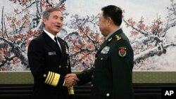 중국을 방문한 해리 해리스 미 태평양사령관(왼쪽)이 3일 베이징에서 인민해방군의 팡펭휘이 총참모부장과 만나 악수하고 있다.