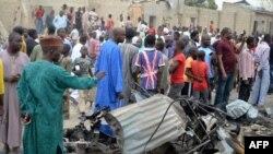 3月2日尼日利亚人观看炸弹袭击造成的损害