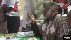 Munyori uye vaive nyanzvi mune zvedzidzo, VaStephen Chifunyise vari kugungano reZimbabwe International Book Fair. VaChifunyise vakashaya nemusi weMuvhuro, uye varadzikwa muHarare neChishanu.