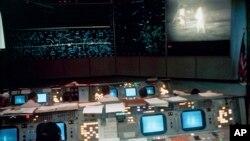 En esta foto del 20 de julio de 1969, distribuida por NASA, se ven los controladores de vuelo de la Misión Apolo 11 en Houston.