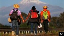 Central American migrants begin their morning trek facing Pico de Orizaba volcano as part of a thousands-strong caravan hoping to reach the U.S. border, upon departure from Cordoba, Veracruz state, Mexico, Nov. 5, 2018.