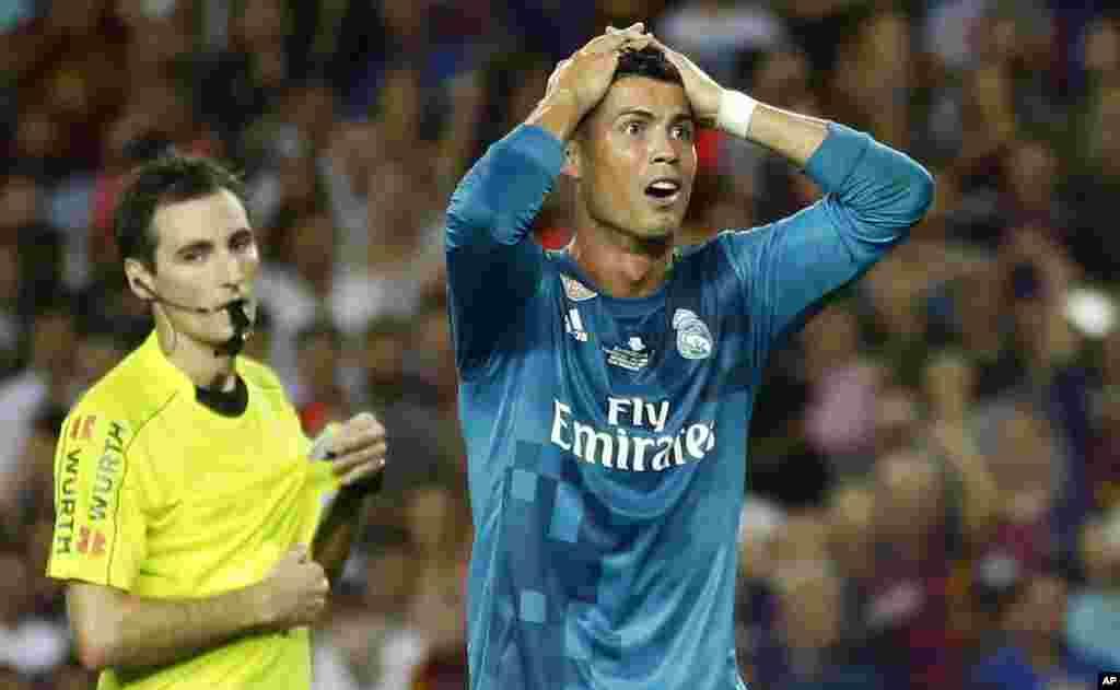 Cristiano Ronaldo du Real Madrid regrette, mains sur la tête, d'avoir été infligé d'un carton rouge après avoir bousculé l'arbitre lors du match aller de la Supercoupe d'Espagne contre le FC Barcelone au stade Camp Nou, à Barcelone, Espagne, 13 août 2017.