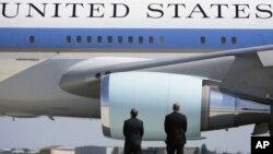 Unos seis o siete aviones que aterrizaron o se estaban preparando para despegar fueron alejados de la terminal.