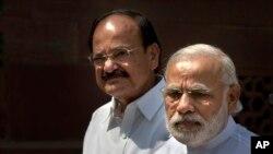 PM India Narendra Modi (kanan) memberikan keterangan kepada media didampingi oleh Menteri Informasi dan Penyiaran India Venkaiah Naidu di New Delhi, India, 25 April 2016 (Foto: dok).