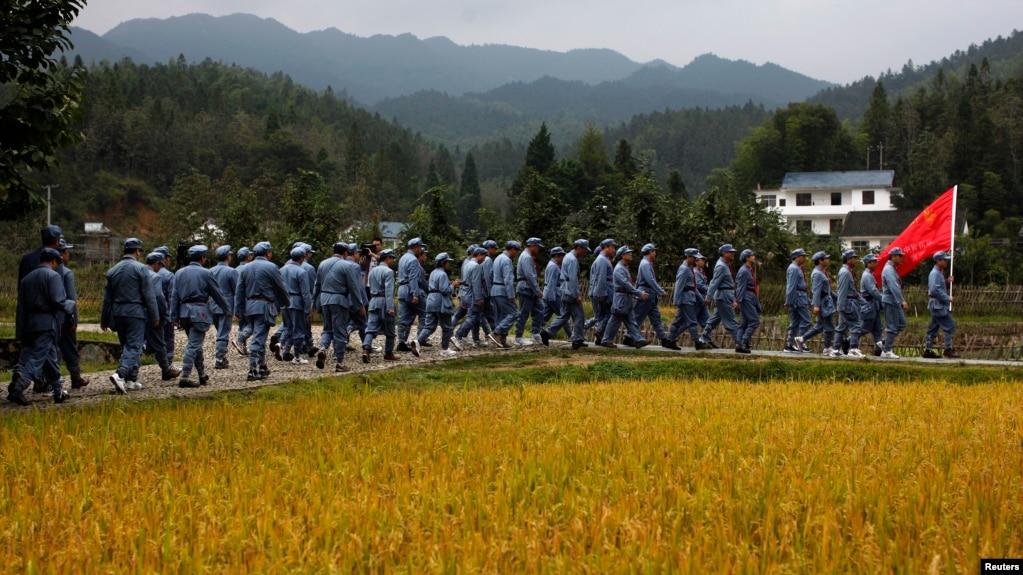 资料照:身穿中国红军服装的政府中层领导人到江西省井冈山参加中共党史学习活动。(2012年9月21日)