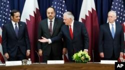 Menlu AS Tillerson (kedua dari kanan) dan Menteri Pertahanan Jim Mattis (kanan) menjadi tuan rumah Dialog Strategis Amerika dan Qatar di kantor Deplu AS, Selasa (30/1).