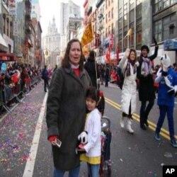 派蒂克博(左)領養江西小女孩甘芳華(右)