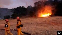 Les pompiers du comté de Los Angeles essaie d'éteindre un feu de buisson à Calabasas, Californie le 4 juin 2016.